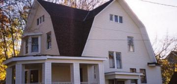 Как правильно обустроить ломаную крышу