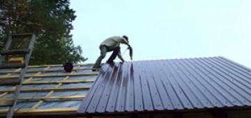Как правильно крепить профнастил на крышу