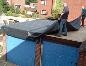 процесс покрытия крыши гаража