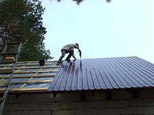 Как монтировать профнастил на крышу