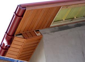 как подшивать свесы крыши